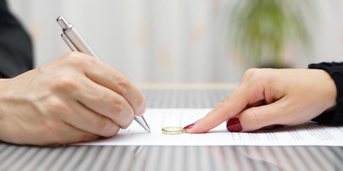 Immagine di una donna che consegna la fede al proprio avvocato matrimonialista a Roma per il proprio caso di divorzio